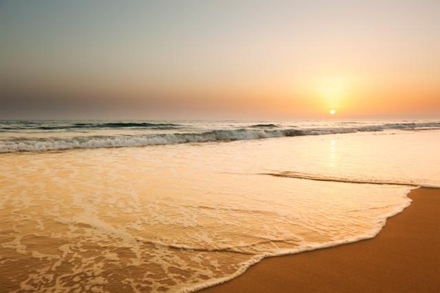 Восход солнца над пляжем
